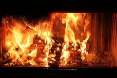 Legno che brucia nei carboni di colore rosso del camino immagini stock libere da diritti