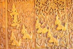 Legno che scolpisce i luoghi pubblici della parete del tempio buddista dei wors buddisti fotografia stock