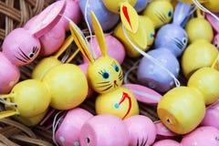 legno dei coniglietti di pasqua handcrafted Fotografie Stock Libere da Diritti