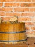 Legno del fuoco della legna da ardere del primo piano nel barilotto heating immagine stock