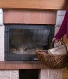 Legno del fuoco e del camino in un cestino wattled Fotografia Stock Libera da Diritti