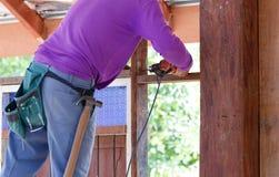 Legno del trapano del carpentiere per la costruzione della casa Immagine Stock