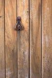 Legno dell'oggetto d'antiquariato del metallo del battitore di Rusty Door Fotografia Stock Libera da Diritti