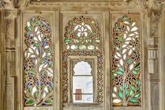 Legno dell'ornamento e finestra di vetro macchiato Fotografie Stock Libere da Diritti