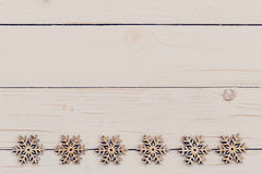 Legno della decorazione di Natale su di legno bianco Orna il natale d Fotografie Stock