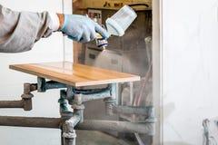 Legno della pittura del carpentiere con spruzzo fotografia stock libera da diritti
