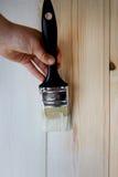 Legno della pittura della mano con la spazzola Immagini Stock