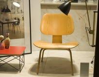 Legno della sedia di lettura sul supporto con il supporto rosso Fotografia Stock