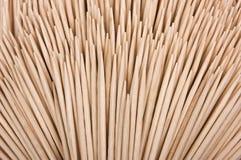 legno di bianco dei toothpicks isolato priorità bassa immagine stock libera da diritti