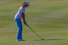 Legno di gioco professionale del tratto navigabile della ragazza di golf Fotografie Stock
