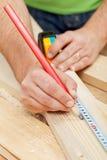 Legno di misurazione del falegname o del carpentiere immagini stock libere da diritti