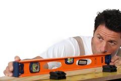 Legno di misurazione del muratore fotografie stock