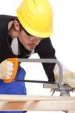 Legno di sawing del carpentiere Immagine Stock