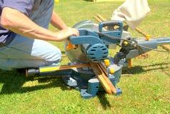 Legno di sawing del carpentiere Fotografie Stock Libere da Diritti
