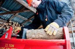 Legno di scissione nel woodshed Immagini Stock