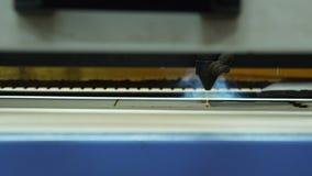 Legno di taglio a macchina di CNC con un laser Macchina di CNC sul lavoro Primo piano archivi video