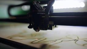 Legno di taglio a macchina di CNC con un laser Macchina di CNC sul lavoro Primo piano stock footage