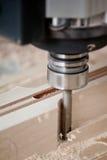 Legno di taglio sulla macinazione di CNC Immagine Stock Libera da Diritti