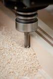 Legno di taglio sulla macinazione di CNC Fotografia Stock