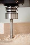 Legno di taglio sulla macinazione di CNC Fotografie Stock