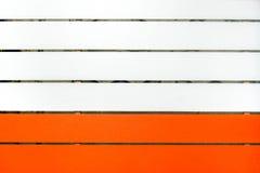 Legno dipinto in due colori, arancia del sofe e bianchi fotografia stock libera da diritti