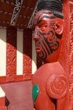 Legno maori della Nuova Zelanda che scolpisce su una casa di riunione fotografia stock libera da diritti