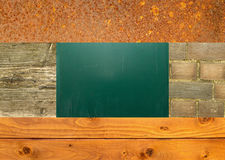 Legno, parete di pietra, ferro arrugginito, consiglio scolastico Immagini Stock Libere da Diritti