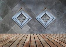 Legno perforato decorato sulla vecchia parete di pietra Fotografia Stock