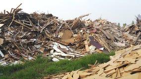 Legno residuo accumulato su un campo Fotografia Stock