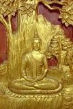 Legno scolpito antico dell'immagine di Buddha dell'oro sulla porta del tempio Fotografia Stock Libera da Diritti