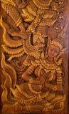 Legno scolpito in letteratura tailandese, bello legno marrone immagini stock libere da diritti
