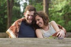 Legno sorridente della foresta dell'abbraccio delle coppie Fotografia Stock