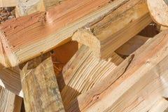 Legno spaccato per il mucchio della legna da ardere Immagini Stock