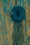 Legno stagionato con il buco della serratura del metallo fotografia stock libera da diritti