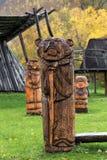 Legno tradizionale che scolpisce - scultura di legno dell'orso bruno di Kamchatka Fotografia Stock Libera da Diritti