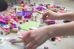 Lego är på golvet arkivbild