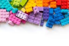 lego Πολλοί ζωηρόχρωμοι φραγμοί κατασκευαστών Plastick στο άσπρο υπόβαθρο Δημοφιλή παιχνίδια Copyspace στοκ φωτογραφίες με δικαίωμα ελεύθερης χρήσης