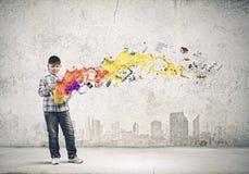 lego χεριών δημιουργικότητας έννοιας οικοδόμησης επάνω στον τοίχο Στοκ Εικόνες