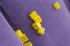 Lego auf dem Sofa lizenzfreie stockbilder
