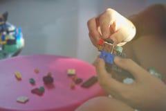 Lego Baby Hand Spare parte a tabela imagens de stock royalty free