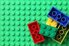 LEGO Blocks en placa de base verde Imágenes de archivo libres de regalías