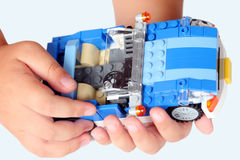 LEGO Blue Roadster in den Kinderhänden Lizenzfreie Stockfotos