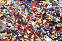Lego Brick leksaker blandad på jordningen royaltyfria foton