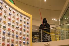 Lego Darth Vader Statue im berühmten im Stadtzentrum gelegenen Disney-Bezirk, Stockbilder