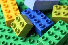 LEGO Duplo Blocks auf einer grünen Grundplatte Stockfotos