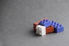 Lego-duplo im grauen Hintergrund Lizenzfreie Stockfotos
