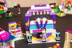 Lego Friends Stephanie que canta na fase Foto de Stock Royalty Free