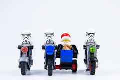 Lego gwiezdnych wojn stormtrooper i Lego darth vader ubierający jako Święty Mikołaj jedziemy Zdjęcia Royalty Free