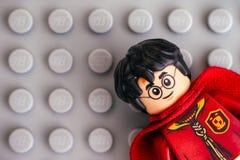 Lego Harry Potter minifigure på grå bakgrund arkivfoton