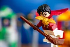 Lego Harry Potter på kvasten fångade den guld- angivaren arkivbilder